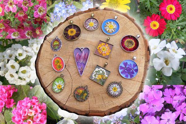 Ékszerek a kertből: préselt virágok medálon, karperecen