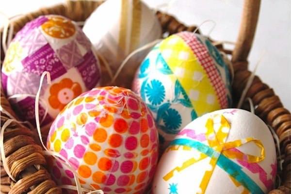 Dekorációs ragasztószalaggal díszített tojások, húsvéti kreatívok