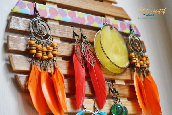 Fa edényalátétből rendszerezőt készíthetünk lógós fülbevalóknak