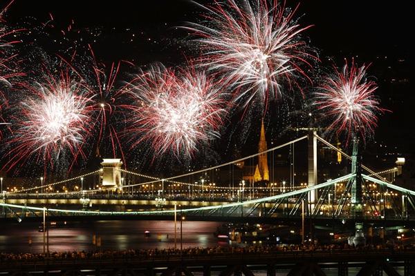 Budapest, 2015. augusztus 20. Ünnepi tûzijáték a Duna felett Budapesten 2015. augusztus 20-án. MTI Fotó: Szigetváry Zsolt