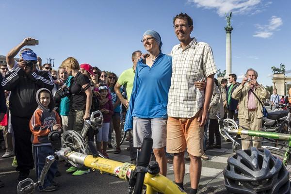 Budapest, 2015. szeptember 6. A világkörüli kerékpáros nászútról hazatérõ Zárug Zita és Harkányi Árpád a Hõsök terén 2015. szeptember 6-án. A pár ugyaninnen indult el 2011. június 11-én az összesen 46 országot érintõ utazásra, 40140 kilométert tettek meg az út során. MTI Fotó: Szigetváry Zsolt