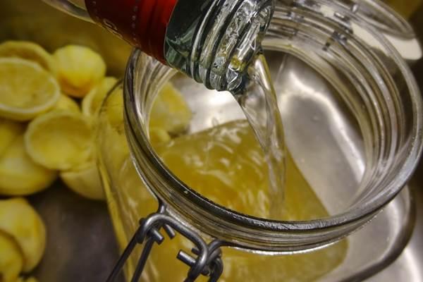 Csak hűtve jó az édes-keserű limoncello. Így készül az olasz citromlikőr!