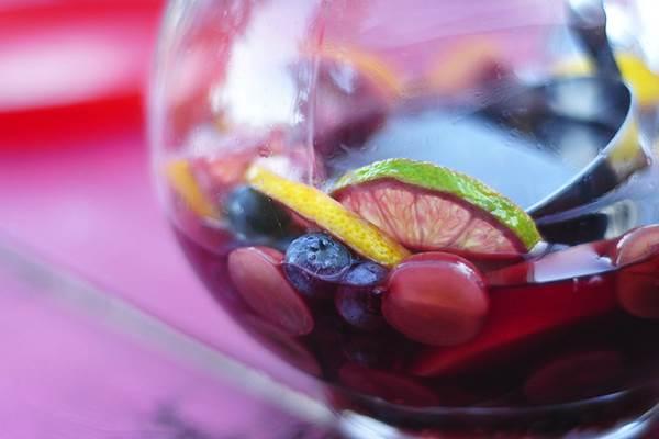 Sangria, a spanyolok finom alkoholos üdítője. Gyümölcsbólék gyerekeknek, absztinenseknek Szilveszterre
