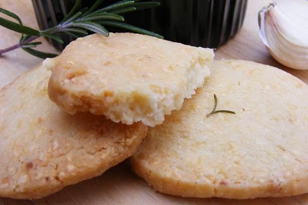 Sajtos-fokhagymás omlós keksz