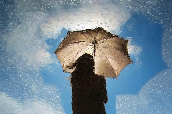 nő esernyő lélekhajó
