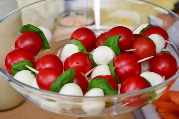 Olaszos fitt falatok: mini mozzarella, koktélparadicsom, friss bazsalikomlevél