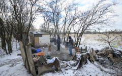 Debrecen, 2017. január 5. Hajléktalanok Debrecenben, a Gázvezeték utca közelében lévõ viskójuknál 2017. január 5-én. MTI Fotó: Czeglédi Zsolt