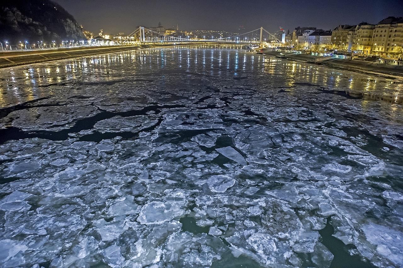 Budapest, 2017. január 8. Jégzajlás a Dunán Budapesten 2017. január 8-ra virradó éjjel. MTI Fotó: Lakatos Péter