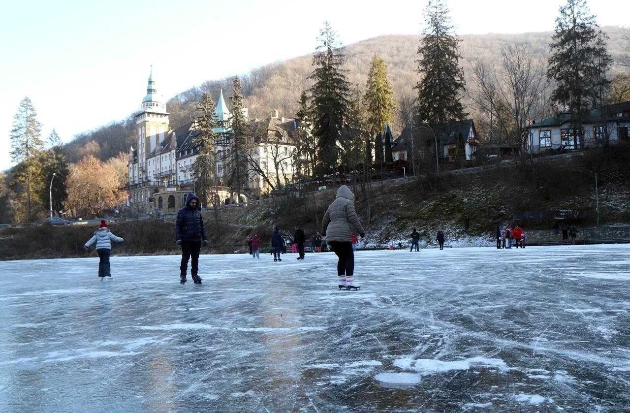 Miskolc-Lillafüred, 2017. január 7. Korcsolyázók Lillafüreden, a befagyott Hámori-tavon 2017. január 7-én. MTI Fotó: Vajda János