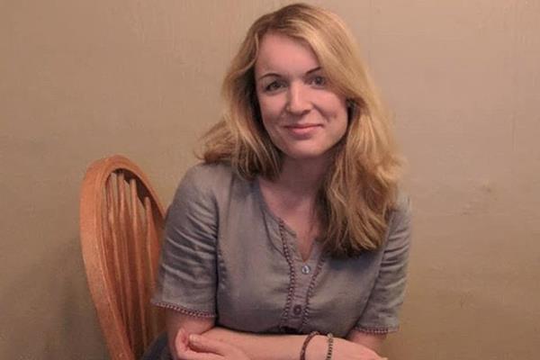 0b4bd53622 Julia Mooney külső Philadelphiában él, három gyermek anyukája, művészeti  tanárként dolgozik (bemutatkozásában azt is fontosnak tartja megemlíteni,  ...