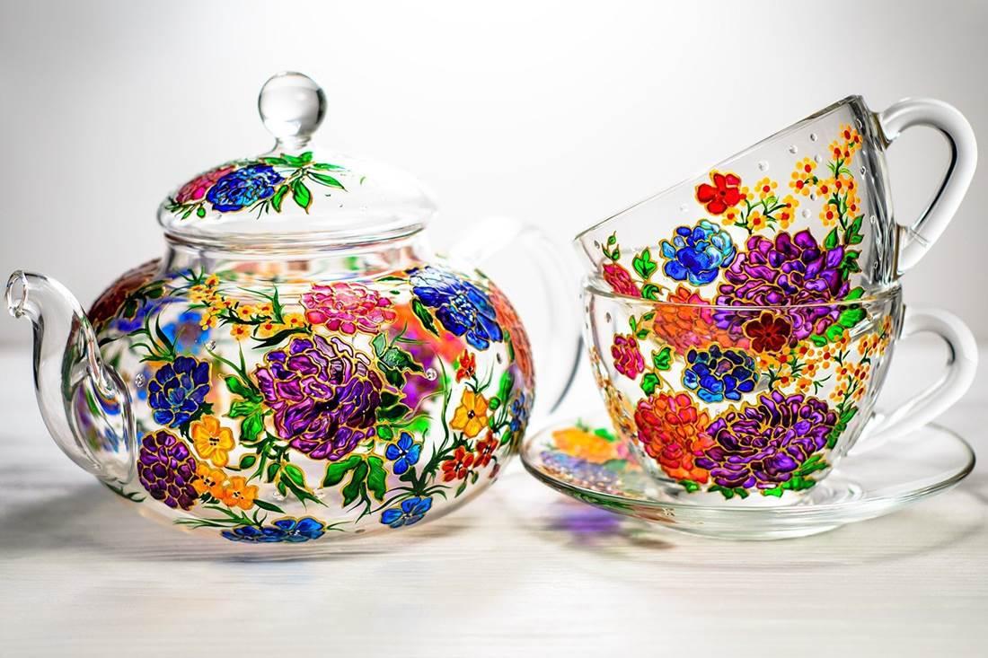 Csodát művel az üveggel! Vita kézzel festett teáskészletei