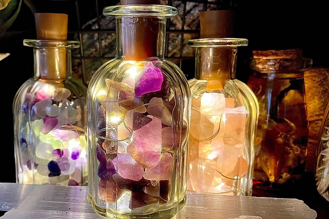 Ötletes hangulatvilágítás: fényfüzérrel megvilágított palackok, üvegedények